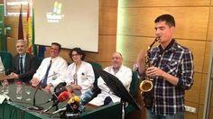Así fue la operación de Carlos, el paciente que tocaba el saxofón mientras le extirpaban un tumor cerebral