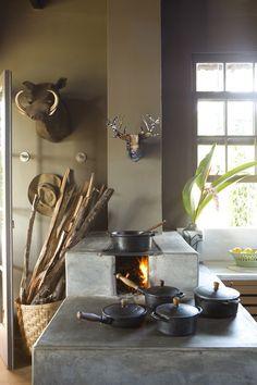 Deste fogão com certeza sai uma comida muito saborosa. As panelas de ferro contribuem para o bom gosto da comida.  Fotografia: Ricardo Labougle.