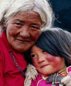 Grand-mère tibétaine et sa petite-fille