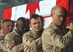 100 Images From Afghanistan - Day Canadian soldiers pay tribute to fallen comrades, WO Frank Mellish, WO Richard Nolan, Sgt Shane Stachnik and Pte Mark Graham during a Ramp Ceremony held at the Kandahar Air Field. Canadian Soldiers, Canadian Army, Canadian History, Fallen Soldiers, Fallen Heroes, Soldiers Coming Home, Remember Day, Powerful Pictures, Brothers In Arms