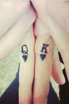 Si les tatouages sont le plus souvent réalisés sur le dos, sur le torse ou sur les bras, certaines personnes préfèrent arborer ces dessins sur les mains. En croisant simplement les doigts ou en les disposant de certaines manières, ces tatouages peuvent rapidemen...
