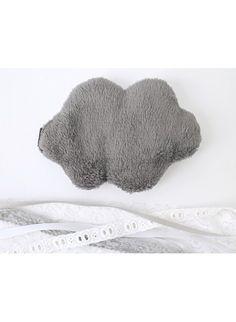 Bouillotte graines nuage blanc à pois gris de la marque Pas Si Sages, entièrement faite à la main et Made in France.   Disponible sur Helo.