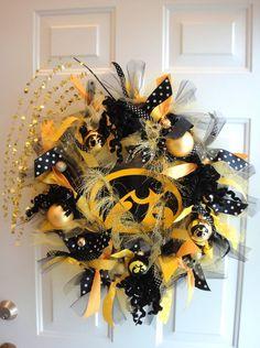 Iowa Hawkeye Team Spirit Wreath by DanaCarolDesigns on Etsy.but Iowa State Cyclones instead.of course. Cute Crafts, Diy Crafts, Football Wreath, Diy Wreath, Wreath Making, Wreath Ideas, Iowa Hawkeyes, Fall Wreaths, Craft Projects