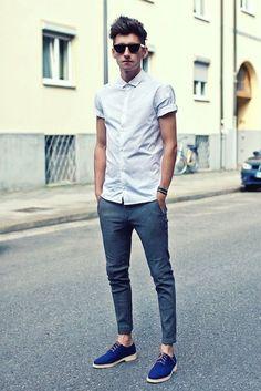 Camisa blanca, cuello relojero y último botón cerrado para un look más nerd y un estilo más sofisticado. Muchas de ella incorporan un botón superior para abrochar la camisa y remangarla, además de la típica opción que tenemos de arremangarla a la antigua usanza.... Trendencias Hombre: