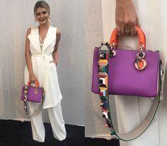 A Mari Dalla usou a bolsa Dior com a alça Fendi pra dar uma cor pro look todo branco dela da Zara. Clica pra conferir outras bolsas!