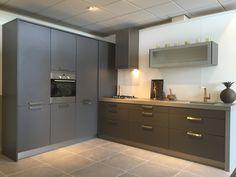 Antraciet kleurige maxi-line keuken met 7cm dik composiet blad en zijwand. Voorzien van Bosch apparatuur Modern Kitchen Design, Home Kitchens, Building A House, New Homes, Kitchen Cabinets, Interior Design, Furniture, Home Decor, Cooking