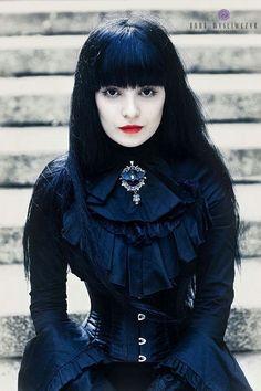 Model: Desdemona de'Ville Jewelry: Nietoperzownia Atelier de chauvesouris Photo: Anna Myśliwczyk Photography (Source)