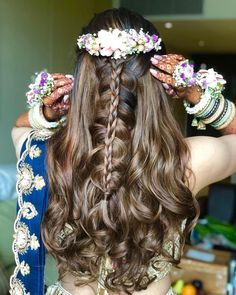 20 Hairstyles for Lehenga You can Try on Your Wedding Day - Blattspinat Rezepte Soft Curl Hairstyles, Open Hairstyles, Braided Ponytail Hairstyles, Trending Hairstyles, Unique Wedding Hairstyles, Indian Bridal Hairstyles, Bride Hairstyles, Hairstyle Ideas, Hair Ideas