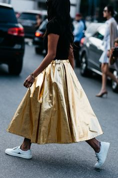 Street Style : Skirt Gold paired with white sneakers  Street style à la Fashion Week printemps