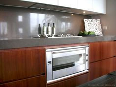 Glass splashbacks are a modern alternative to riles in the kitchen. Keep the clean with the help of Enduroshield Home Kitchens, Modern Kitchens, Small Kitchens, Kitchen Gadgets, Kitchen Appliances, Kitchen Pictures, Kitchen Ideas, Built In Ovens, Wood Kitchen Cabinets