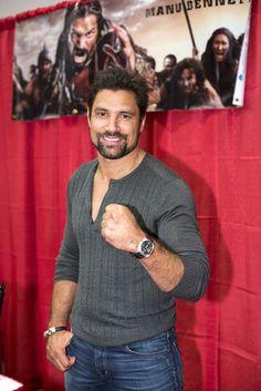 L'acteur de la Nouvelle-Zélande Manu Bennett est connu pour ses rôles dans Spartacus et dans la trilogie Le Hobbit. « C'est un pont entre les fans et les célébrités. »