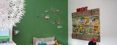Kinderkamer met gave groene muur.