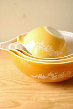 I'm always on the lookout for vintage Pyrex. These are very pretty.