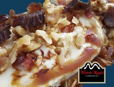 Tostada de queso, cebolla caramelizada, jamón ibérico #MonteRegio y nueces ¡Deliciosa!