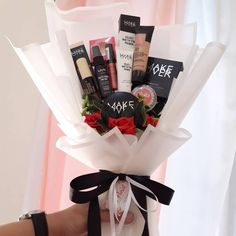 Makeup Bouquet 💐 ➖➖➖➖➖➖➖➖➖➖➖ Include : 1. Makeover powerstay powder 2. Makeover velvet mattifiying primer 3. Makeover highlight & contour  4. The body shop matte clay foundation 5. Nyx soft matte lip cream 6. Nyx setting spray 7. Emina cheeklit ➖➖➖➖➖➖➖�% 21st Birthday Presents, Birthday Party For Teens, Birthday Gifts For Best Friend, Diy Birthday, Makeup Bouquet Gift, Gift Bouquet, Bouquet Box, Felt Flower Bouquet, Diy Gifts