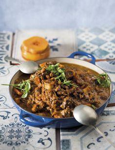 Die herfs is op ons voorstoep en as die koue kom inloer, is dit tyd vir bredie! Maar ons weet krag en tyd is duur en bredies vra al twee. Vat kortpad en maak bredie in jou drukkoker. Meat Recipes, Dinner Recipes, Yummy Recipes, Yummy Eats, Yummy Food, Curry Stew, South African Recipes, Soul Food