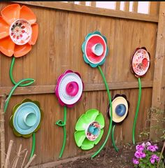 Make this DIY fence decor using supplies from the dollar store! Pick out various cups, bowls, plates and platters. Attach them together to create pretty flowers, then hang them on the fence. Use a green hose to make the stems. GREAT idea and easy to do! Diy Gardening, Garden Crafts, Garden Projects, Garden Ideas, Yard Art Crafts, Gardening Gloves, Backyard Ideas, Art Projects, Flower Plates