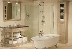 Landelijke badkamer in Woodwash tint  woodwash in light, medium en dark  Met vrijstaand gietijzeren bad op pootjes   Ruime 140x90 inloop douche met regendouche   Vanheck badkamers Experience store