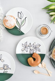 DIY: Paint porcelain with one-line drawings including templates. Painted Ceramic Plates, Ceramic Clay, Ceramic Painting, Diy Painting, Porcelain Painting Ideas, Painted Porcelain, Tole Painting, Hand Painted Ceramics, Pottery Plates