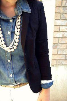 Perlas, camisa de mezclilla y blazer negro