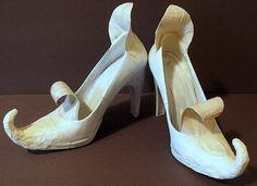 ¿Quieres sorprender a tus familiares y amigos? ¿Qué tal un par de zapatos de brujas para colocar dulces? Basta con hacer algunas modificaciones a un par de zapatos comunes, una botella de glitter, un poco de papel y pegamento. Utiliza un poco de papel de aluminio para dar forma a la punta del pie, manténla