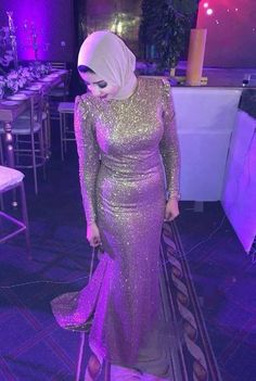 Wow I love glitter something different types of wedding function. Hijab Evening Dress, Hijab Dress Party, Mermaid Evening Gown, Muslim Wedding Dresses, Hijab Style Dress, Formal Dresses For Weddings, Elegant Dresses, Evening Dresses, Bridesmaid Dresses