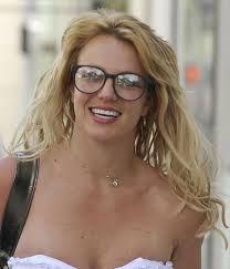 Resultado de imagem para famosos de oculos de grau