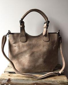 Zaza'z  Tas  bag in bag met diverse binnenvakken, ritssluiting en extra verstelbaar hengsel.  De tas is van het type bag in bag wat wil zeggen dat de grote tas nog een klein tasje binnen in heeft zitten.  Deze is bevestigd dmv 2 drukknopen en kan je leuk combineren met het extra hengsel.  afm 38 bij 23  kleur taupe
