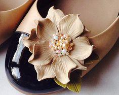 Flores de cuero Beige del zapato clips, flores prendedores para zapatos, zapato pins, prendedores para zapatos de Dama de honor, prendedores para zapatos las muchachas de flor, prendedores para zapatos personalizables