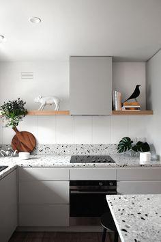 Szara czy zielona kuchnia? Wybieramy najlepsze dodatki! | IH - Internity Home Kitchen Benches, Kitchen Dining, Kitchen Furniture, Kitchen Interior, Terrazzo, Kitchen Reno, Kitchen Cabinets, Cuisines Design, Kitchen Styling