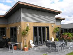 Wood, metal and skillion roof - ticking all the boxes. Metal Cladding, Exterior Cladding, Flat Roof House, Facade House, Tiny House, Double Wide Remodel, Garden Huts, Black Window Frames, Corrugated Roofing