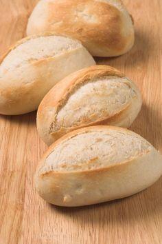 If you like homemade bread and freshly baked bread, this recipe will delight you. Prepare some delicious rolls in the heat of your house. You can use them to accompany your meals or just to eat them alone. Healthy Bread Recipes, Mexican Food Recipes, Cooking Recipes, Pan Bread, Bread Baking, Bolillos Bread, Mexican Bread, Salty Foods, Pan Dulce