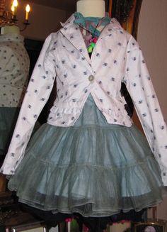 Kaufe meinen Artikel bei #Mamikreisel http://www.mamikreisel.de/kleidung-fur-madchen/hoodies-slash-kapuzenpullover-star/14246647-jacke-blazer-jottum-gr-116-6j-ruschen-streublumen-feierlich-glanzend-holland