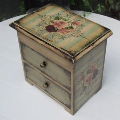 Decoupage Wood, Decoupage Furniture, Decoupage Vintage, Painted Furniture, Jewelry Box Makeover, Painted Jewelry Boxes, Altered Boxes, Painted Chairs, Jewellery Boxes