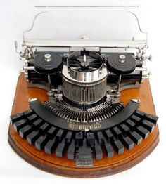 This Hammond typewriter looks like it could be an early telephone. Hans Wegner, Vintage Iron, Retro Vintage, Vintage Stuff, Underwood Typewriter, The Hammond, Antique Typewriter, Printing And Binding