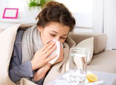 GRIPPE, 4 remèdes de grand-mère. Les premiers frimas de l'hiver se conjuguent avec l'arrivée de différentes maladies comme la grippe. Les symptômes de la grippe sont les suivants : courbatures, fièvre, frissons et nez encombré. Pour éliminer ce virus, grand-mère avait quelques recettes secrètes.