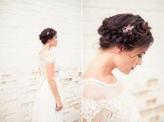Precioso peinado de novia retro. ¡Una corona con trenza para una boda muy vintage!