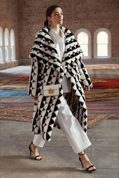 Stunning Oscar de la Renta Pre-Fall 2019 Collection - Vogue Just adore this fabulous coat. Fashion Week, Runway Fashion, Fashion Show, Womens Fashion, Fashion Design, Fashion Trends, Couture Fashion, Style Fashion, Oscar Fashion