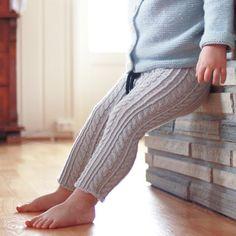 Når plagget du strikker på frihånd blir akkurat slik du ville ha det ✨ En tettsittende flettebukse, perfekt under kjoler eller til hva som helst annet. Jeg simpelthen elsker kittfargen! // The feeling when you knit something and it turns out exactly like you want it to ✨ Cable-knit tights, perfect with pretty, knitted dresses! #flettebukse #cableknittights #quinceandco #quinceandcotern #vildestrikk2015
