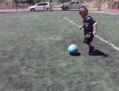 Brazilian breeding next gen fb player in pipeline Funny Soccer Memes, Soccer Gifs, Soccer Drills, Funny Videos For Kids, Cute Baby Videos, Funny Short Videos, Soccer Skills For Kids, Kids Soccer, Football Love