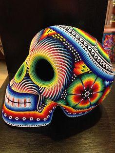 Este es un cráneo. Se puede ver en México. Tiene muchos colores y decoraciones. Se vende en los mercados y tiendas.