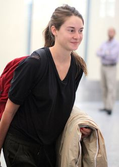 Shailene Woodley Photos - Actress Shailene Woodley arriving at the airport in Toronto, Canada. Shailene is in town for the 2011 Toronto International Film Festival. - Shailene Woodley Arriving On A Flight In Toronto Shailene Woodley, Female Actresses, Actors & Actresses, Hazel Grace Lancaster, Divergent Tris, The Spectacular Now, Jung In, Artists And Models, Mtv Movie Awards