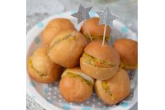 Noeleen Foster shows you how to make your own mini vetkoek filled with savoury mince - perfect for a light lunch or finger food for your picnic. Savoury Mince, South African Recipes, Party Finger Foods, Family Meals, Picnic, Brunch, Make It Yourself, Baking, Fruit