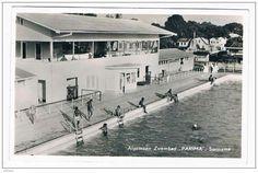 Zwembad 'Parima' Weidestraat Paramaribo. Opdrachtgever Emile de la Fuente, ook opdrachtgever van het Surinaamse voetbalstadion SVB en het 'STAR' theater, had zich voorgenomen drie projecten voor de Surinaamse bevolking te bouwen: een stadion, een bioscoop en een volkszwembad. Dit zwembad was het derde en laatste project. Het wedstrijdbad heeft een duiktoren van 3 meter, twee 1 meter springplanken en 6 startblokken, verder is er een diep en ondiep oefenbad. Nog steeds is 'Parima' het enige…