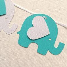 * Hecho a mano en Australia * Elefantes blancos y azul turquesa. Guirnalda de elefante hecho de cartulina con textura. 24 formas de elefante pequeño con orejas en forma de corazón, enroscarse en una cinta blanca. Utilice su guirnalda con la decoración de su fiesta para baby shower y fiestas de cumpleaños. Coloque a lo largo de la parte frontal de una mesa de postres, o colgar a lo largo de la pared. Estas formas de elefante son aprox: H: 7.5 cm, W: 9 cm (H: 3, W: 3,5) Longitud de la cinta...