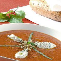 Ingredienti800 g di pomodori1, 2 dl di brodo vegetale4 cucchiai di olio extravergine d'olivauno spicchio di aglio10 foglie di basilico80 g di ricotta30 g di pinolisalepepe Lavate i pomodori