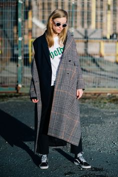 Plaid coat and sneakers winter wardrobe, fashion models, fashion trends, fa Grunge Fashion, 90s Fashion, Daily Fashion, Fashion Models, Fashion Outfits, Fashion Trends, Man's Overcoat, Street Trends, Plaid Coat