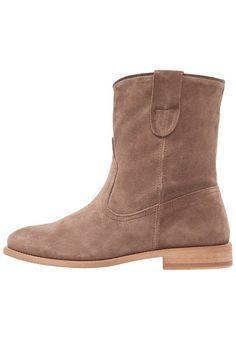 Pavement VILJA Korte laarzen mole, 139.95, http://kledingwinkel.nl/shop/dames/pavement-vilja-korte-laarzen-mole/