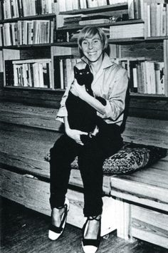 Black cat with Tove Jansson author and illustrator of the Moomin series. Tove Jansson, Hans Christian, Illustrations Pop, Les Moomins, Celebrities With Cats, Old Portraits, Cat People, Cat Lady, Famous People