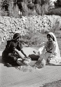 Palestinian women grinding wheat 1920-1933